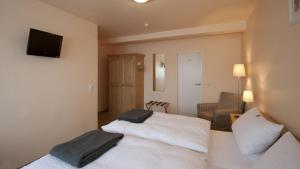 A bed or beds in a room at Hotel-Pension Hommen