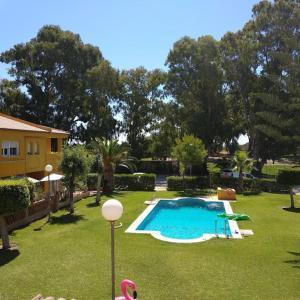 A view of the pool at La baraka de Guadalmar B&B or nearby