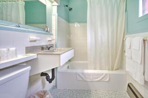 A bathroom at Motel R-100