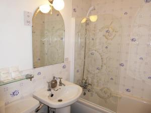 A bathroom at Herrislea House Hotel