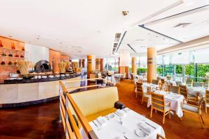 A restaurant or other place to eat at Regent Warsaw Hotel