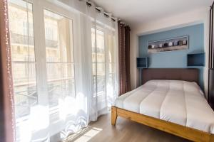 A bed or beds in a room at Vieux-port - Rue du Chevalier Roze