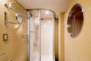 A bathroom at the b akasaka