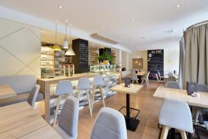 A restaurant or other place to eat at Am Neutor Hotel Salzburg Zentrum
