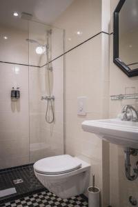 A bathroom at Henri Hotel Berlin Kurfürstendamm