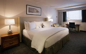 A bed or beds in a room at State Plaza Hotel