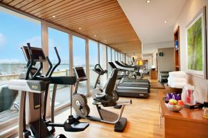 The fitness center and/or fitness facilities at Vier Jahreszeiten Kempinski München