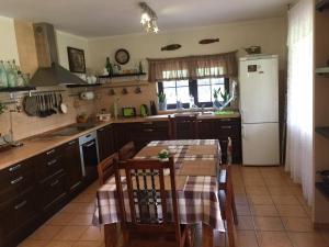 A kitchen or kitchenette at Pensjonat Pod Orzechami