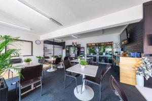 A restaurant or other place to eat at Ascot Budget Inn & Residences