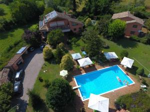 Vista sulla piscina di B&B Villa il Noce o su una piscina nei dintorni