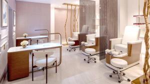 A bathroom at Hotel Crescent Court