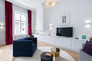 TV a/nebo společenská místnost v ubytování Erkel Boutique Apartment–Chic flat by Market Hall