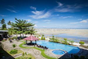 Pemandangan kolam renang di Bahamas Hotel & Resort Belitung atau di dekatnya