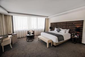 سرير أو أسرّة في غرفة في Grand Mogador City Center Casablanca