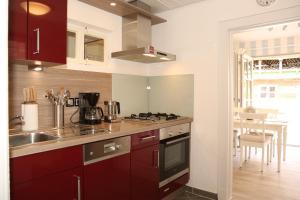 A kitchen or kitchenette at Ferienhaus Witte Huuske