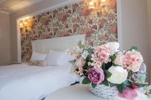 Un pat sau paturi într-o cameră la Hotel Dragului