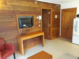 Una televisión o centro de entretenimiento en Cabañas Patagonia Lefun