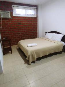 A bed or beds in a room at Pororoca Inn
