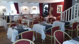 A restaurant or other place to eat at Le Relais du Val d'Orbieu