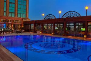 المسبح في  فندق وكازينو فورسيزونز فرست ريزيدنس القاهرة أو بالجوار