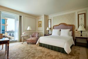 سرير أو أسرّة في غرفة في  فندق وكازينو فورسيزونز فرست ريزيدنس القاهرة