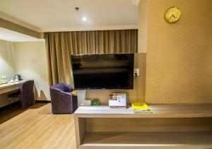 A television and/or entertainment center at Kravan Hotel