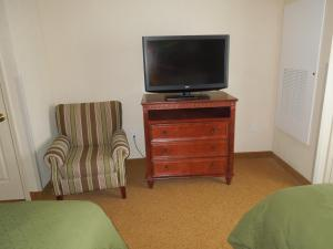 A television and/or entertainment centre at Country Inn & Suites by Radisson, Buffalo South I-90, NY