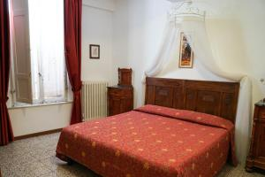 A bed or beds in a room at Albergo Tre Donzelle