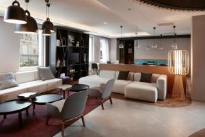 The lounge or bar area at Novotel Suites Colmar Centre
