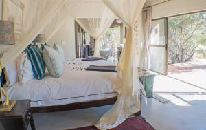 מיטה או מיטות בחדר ב-Thornybush River Lodge