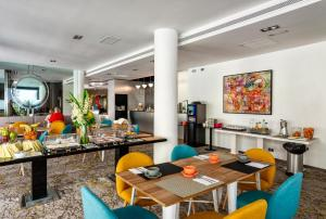 A restaurant or other place to eat at Mariposa Hotel Malaga