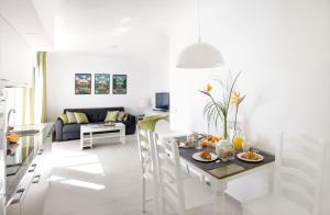 Restaurant ou autre lieu de restauration dans l'établissement Apartamentos El Guarapo