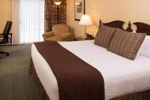A bed or beds in a room at Red Lion Hotel Port Angeles Harbor
