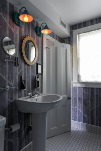 A bathroom at The Maidstone Hotel