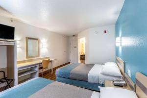 A bed or beds in a room at Motel 6-Caseyville, IL - Caseyville Il