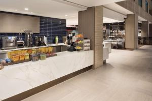 A restaurant or other place to eat at Hyatt Regency Schaumburg Chicago