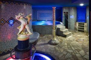Bazén v ubytování Wellness Hotel Babylon nebo v jeho okolí