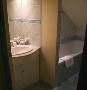 A bathroom at Le Moulin d'Hys