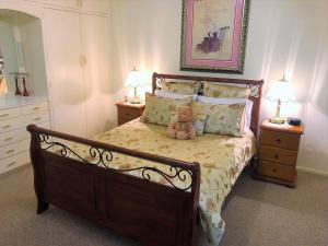 A bed or beds in a room at Admurraya House Bed & Breakfast