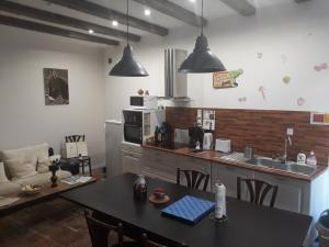 A kitchen or kitchenette at La Coquille