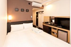 Een bed of bedden in een kamer bij Sotetsu Fresa Inn Nihombashi-Ningyocho