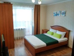 Кровать или кровати в номере 2-комнатная на Маркова 8-2 с видом на Залив