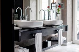 A bathroom at Hotel Schweizerhof Bern & Spa