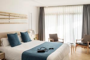 Een bed of bedden in een kamer bij AQUA Hotel Onabrava & Spa 4*Sup