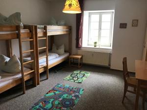 Ein Etagenbett oder Etagenbetten in einem Zimmer der Unterkunft Ferienwohnungen Burg Monschau