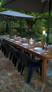 A restaurant or other place to eat at 'La Maison Catalpa' French Farmhouse with Pool & Jaccuzi