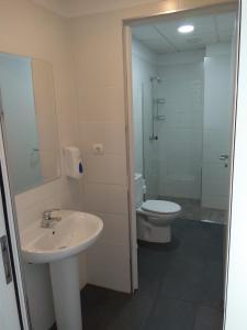 A bathroom at Check In León