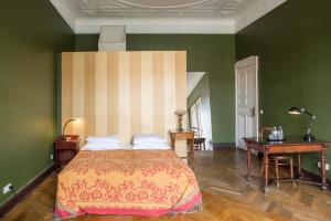 A bed or beds in a room at Art Nouveau Hotel am Kurfürstendamm