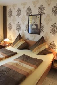 A bed or beds in a room at Ferienwohnungen Mantke