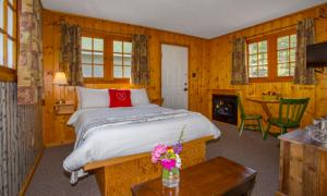 A bed or beds in a room at Bear Hill Lodge